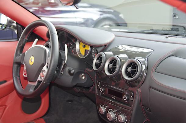Ferrari F430 tableau de bord noir surpiqures rouges